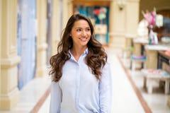 Ung brunettkvinna royaltyfri foto