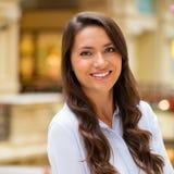 Ung brunettkvinna royaltyfri bild