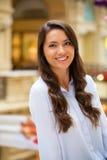 Ung brunettkvinna royaltyfri fotografi