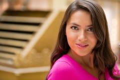 Ung brunettkvinna arkivbilder