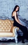 Ung brunettkvinna för skönhet i den lyxiga hemmiljön, felik stilfull sovrumgrå färg Arkivfoton
