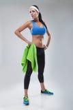 Ung brunettkvinna, i att jogga skor efter den sportive övningen Royaltyfria Bilder