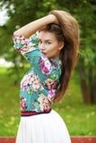 Ung brunettkvinna i den vita kjolen fotografering för bildbyråer
