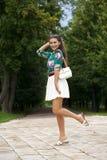 Ung brunettkvinna i den vita kjolen royaltyfri foto