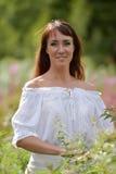 Ung brunettkvinna i den vita klänningen Royaltyfria Bilder