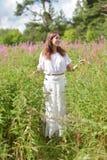 Ung brunettkvinna i den vita klänningen Arkivfoto