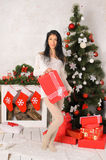Ung brunettkvinna i inre jul royaltyfri fotografi