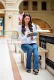 Ung brunettkvinna med en anteckningsbok arkivbilder