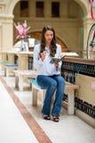 Ung brunettkvinna med en anteckningsbok arkivfoton