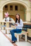 Ung brunettkvinna med en anteckningsbok fotografering för bildbyråer