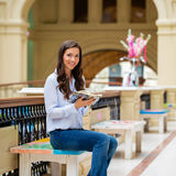 Ung brunettkvinna med en anteckningsbok royaltyfria foton