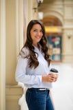 Ung brunettkvinna med kaffe royaltyfria bilder