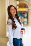 Ung brunettkvinna med kaffe royaltyfri bild