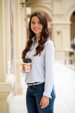 Ung brunettkvinna med kaffe royaltyfria foton