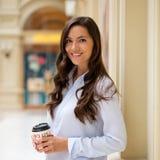 Ung brunettkvinna med kaffe arkivbilder