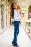 Ung brunettkvinna med kaffe arkivbild
