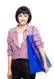 Ung brunettkvinna med shoppingpåsen arkivfoton