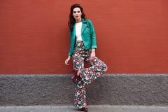 Ung brunettkvinna som ler i stads- bakgrund Fotografering för Bildbyråer