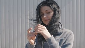 Ung brunettkvinna som rotera en spinnare eller en nervöst skruva på sig handleksak i hennes hand Flickasnurrspinnare lager videofilmer