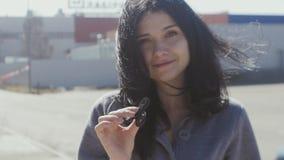 Ung brunettkvinna som rotera en spinnare i hennes hand Flickasnurrspinnare lager videofilmer