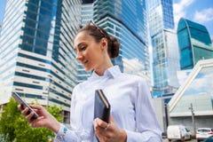 Ung brunettkvinna som stannar till telefonen royaltyfri fotografi