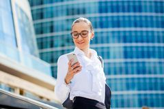 Ung brunettkvinna som stannar till telefonen Royaltyfria Bilder