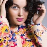 Ung brunettkvinna trendig flicka Arkivfoton