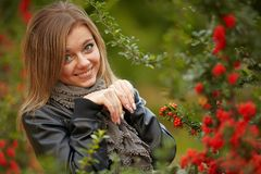Ung brunettkvinnastående i höstfärg Royaltyfri Fotografi