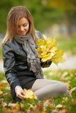 Ung brunettkvinnastående i höstfärg Royaltyfri Foto