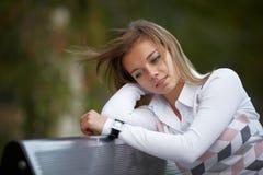 Ung brunettkvinnastående i höstfärg Arkivfoto