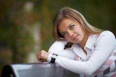 Ung brunettkvinnastående i höstfärg Royaltyfria Bilder