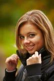 Ung brunettkvinnastående i höstfärg Arkivbild