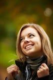 Ung brunettkvinnastående i höstfärg Fotografering för Bildbyråer