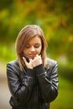 Ung brunettkvinnastående i höstfärg Arkivbilder