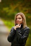 Ung brunettkvinnastående i höstfärg Arkivfoton