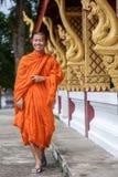 Ung buddistisk munk Walking Next To templet Arkivbilder