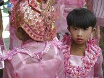 Ung Burmese flickastående, buddistisk munk Ceremony, Mandalay för Shinbyu novis fotografering för bildbyråer