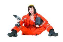 Ung byggmästarekvinna med en drillborr Arkivbild