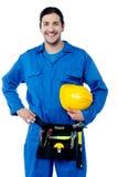 Ung byggnadsarbetare som säkert poserar Arkivfoton