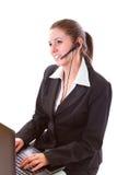 Ung call centeranställd med en hörlurar med mikrofon Royaltyfri Foto