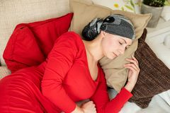 Ung cancerpatient för vuxen kvinnlig som kopplar av på en soffa Trött utmattat, cancerpatient royaltyfri fotografi