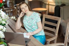 Ung caucasian affärskvinna i kafésammanträde på tabellen med fundersam stirrande arkivbilder