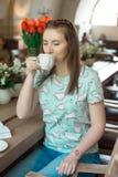 Ung caucasian affärskvinna i kafésammanträde på tabellen med fundersam stirrande royaltyfri foto
