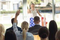 Ung Caucasian affärskvinna som gör anförande till affärsfolk i konferensrum arkivbilder