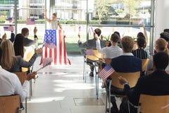 Ung Caucasian affärskvinna som gör anförande till affärsfolk i konferensrum under möte arkivbild