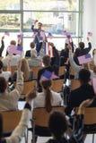 Ung Caucasian affärsman som gör anförande och firar seger i konferensrum royaltyfri bild