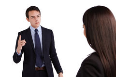 Ung Caucasian affärsman som ger reprimand affärskvinnan Royaltyfri Bild