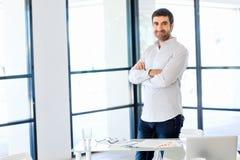 Ung caucasian affärsman som i regeringsställning står Arkivfoto
