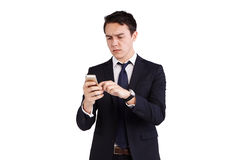 Ung Caucasian affärsman som rynkar pannan se mobiltelefonen Arkivfoton