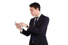 Ung Caucasian affärsman som rynkar pannan se mobiltelefonen Royaltyfria Bilder